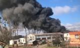 Pożar w Pawłowie Żońskim niedaleko Wągrowca - pali się stodoła. Dym widać z daleka