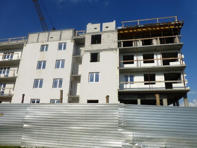 Budowa bloku mieszkalnegoPoznań: coraz więcej gotowych mieszkań deweloperskich na sprzedaż