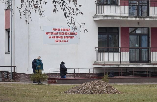Kolejka do punktu pobrań w Tarnobrzegu. Ostatniej doby w mieście potwierdzono tylko 1 przypadek zakażenia.