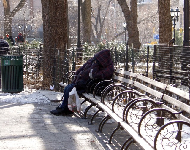 BezdomnyŻyjemy w świecie, w którym każdy jest trybikiem napędzającym wielką machinę. Ludzie bezdomni są zużytymi częściami. Niektórzy powiedzą, że nadają się na szrot, bo tylko zagracają miejsce i psują wizerunek całej machiny, drudzy zaś będą zdania, że można z nich jeszcze coś pożytecznego zrobić. W tych drugich osobach jest jeszcze nadzieja. To dzięki nim nie jesteśmy tylko społeczeństwem, lecz ludźmi.