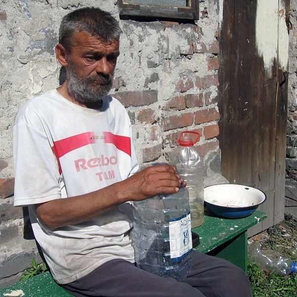 - Dzięki waszej pomocy poczułem, że są jeszcze na świecie dobrzy ludzie. Już nie będę musiał myć się wodą noszoną w platikowych butelkach. Mogę wykąpać się w schronisku - mówi Marian Pucyło.