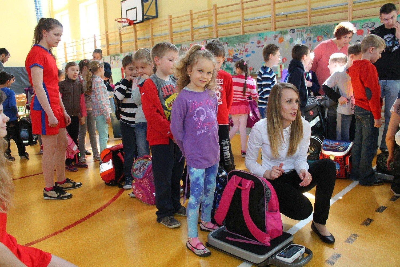 1e4d899786b53 W szkole podstawowej nr 2 w Strzelcach Opolskich większość dzieci nosi  plecaki