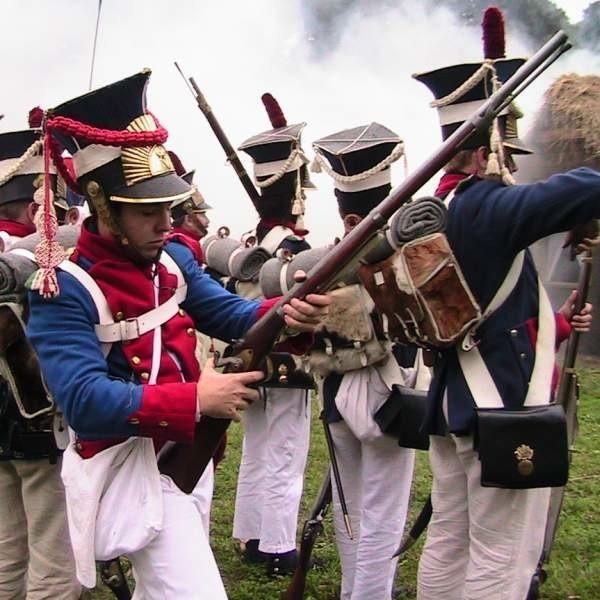 W rekonstrukcji bitwy sprzed ponad 200 lat wzięli udział zbrojni w strojach i uzbrojeniu z epoki napoleońskiej.