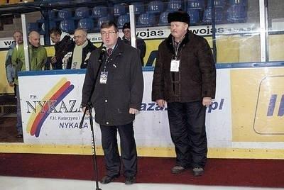 Burmistrz Nowego Targu Marek Fryźlewicz oraz przewodniczący Komitetu Organizacyjnego Kazimierz Dzielski podczas otwarcia turnieju hokejowego