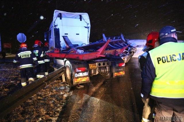 Beczka do przewozu cukru zablokowała drogę krajową 45 pomiędzy Opolem a Krapkowicami.