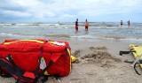 Akcja ratownicza na plaży w Dźwirzynie. Dzieci kąpały się przy niestrzeżonej plaży
