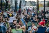 Kraków. Tłumy pod Forum Przestrzenie. Mieszkańcy wypoczywali na leżakach [ZDJĘCIA]