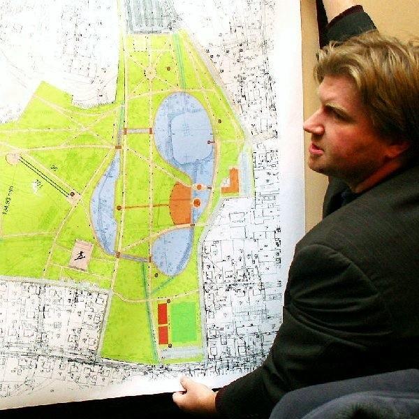 Andrzej Ciemiński z planem Parku 1000-lecia