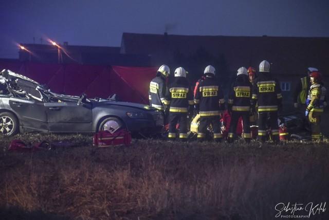W środę, 3 lutego w godzinach popołudniowych doszło do wypadku w pobliżu Wróżew (gm. Krotoszyn). Młody mężczyzna podróżujący samochodem marki Volvo zjechał poza jezdnię i uderzył w przydrożne drzewo. Mimo długotrwałej reanimacji nie udało się go uratować.