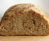Uważajmy na podróbki! Prawdziwy chleb powinien mieć tylko cztery składniki: mąkę, wodę, zakwas i sól