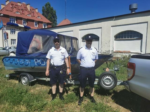 Policjanci oddelegowani do pełnienia służby nad Rudnikiem to st. asp. Sławomir Romanowski i post. Łukasz Tomaszewski. Do dyspozycji mają łódź motorową.