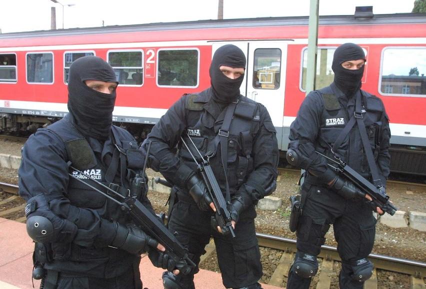 Antyterroryści z SOK są doskonale wyposażeni. Mają między innymi broń typu walter i glauberyt. Nie mogą pokazywać twarzy. Na zdjęciu Daniel z Katowic (zatrzymał wyjątkowo niebezpiecznego przestępcę grożącego strzykawka z krwią) oraz Bogdan i Piotr z Warszawy.