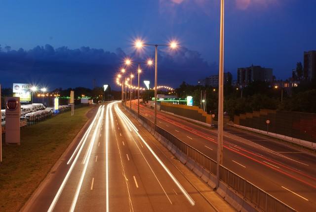 Fatalne wieści dla kierowców. W ostatnim tygodniu znów mocno zdrożały paliwa, które są znacznie droższe niż przed rokiem. Na dodatek najnowszy lockdown - zdaniem specjalistów - nie przyniesie znaczącej obniżki cen.W ostatnim tygodniu ceny paliw na stacjach w województwie łódzkim rosły o 9-10 groszy na litrze. Najbardziej zdrożała benzyna 95-oktanowa, za litr płacimy średnio 5,10 zł. Litr benzyny 98-oktanowej zdrożał średnio o 9 groszy i kosztuje 5,33 zł. Za litr oleju napędowego kierowcy płaca przeciętnie 5,05 zł, również o 9 groszy więcej niż tydzień wcześniej. Także o 9 groszy zdrożał litr autogazu, a jego średnia cena w województwie łódzkim wynosi 2,53 zł. Czytaj dalej