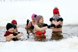 Rozkochani w kąpielach w lodowatej wodzie. Na Rejowie w Skarżysku-Kamiennej odbyło się tradycyjne niedzielne morsowanie [ZDJĘCIA]
