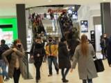Tłumy łodzian na zakupach w Manufakturze. Zajrzeliśmy i sprawdziliśmy co się działo na przedświątecznych zakupach! ZDJĘCIA