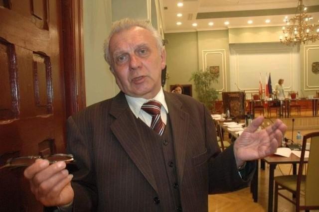 Wykup mieszkań komunalnych w ŻarachNie możemy stwarzać precedensów - podkreśla Zenon Oleszewski - jeśli jednemu pozwolimy wykupić, ludzie lawinowo zaczną składać wnioski. Trzeba się zastanowić nad zmianą przepisów.