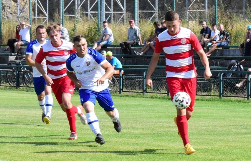 Piłkarze GKS Górala Górno (w czerwono białych strojach) mają duże szanse na awans do klasy okręgowej. Ostatnio przy klubie powstały też sekcje siatkówki i tenisa stołowego.