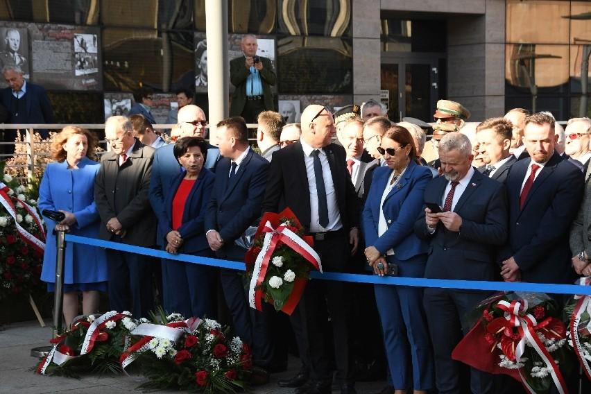 Prezes PiS Jarosław Kaczyński i premier Mateusz Morawiecki na osłonięciu pomnika Gosiewskiego w Kielcach! (ZAPIS TRANSMISJI)