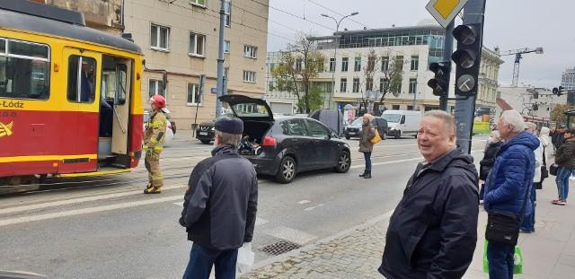 W czwartek (14 października) po południu awaria samochodu osobowego zablokowała ruch tramwajów w centrum Łodzi. Kierująca autem na pabianickich rejestracjach wjechała na wyniesioną wysepkę przy ul. Piotrkowskiej - u zbiegu z ul. Radwańską. Konieczna była interwencja straży pożarnej. Załoga jej specjalistycznego wozu ściągała uszkodzony pojazd z wysepki.