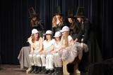 Młodzi aktorzy oczarowali publiczność w Skarżysku-Kamiennej – Studio Teatralne Moniki Wójtowicz wystawiło spektakl Czary Mary dla Alexa