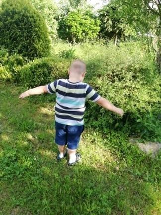Leszek z mamą i bratem mieszkają na działce. Chłopiec dobrze czuje się tutaj. Ma ogród