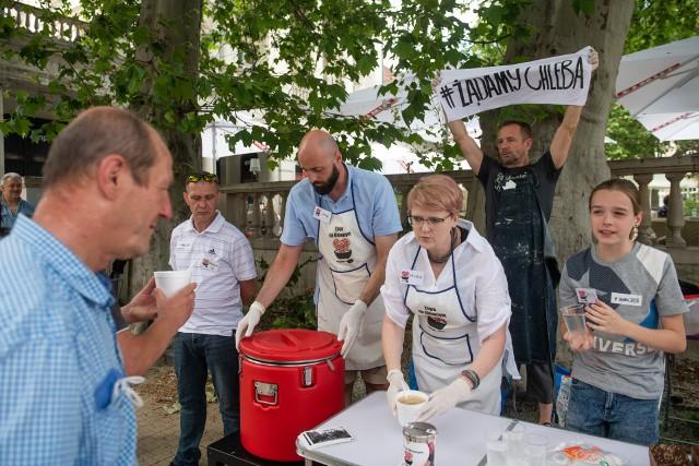 """W niedzielę, 27 czerwca, na placu Wolności odbył się finał akcji """"Żądamy Chleba"""". Organizatorzy akcji przez ostatnie tygodnie prowadzili zbiórkę pieniędzy, dzięki którym będą mogli ufundować posiłki potrzebującym. Pieniądze można przekazać jeszcze 28 czerwca – w rocznicę Poznańskiego Czerwca."""