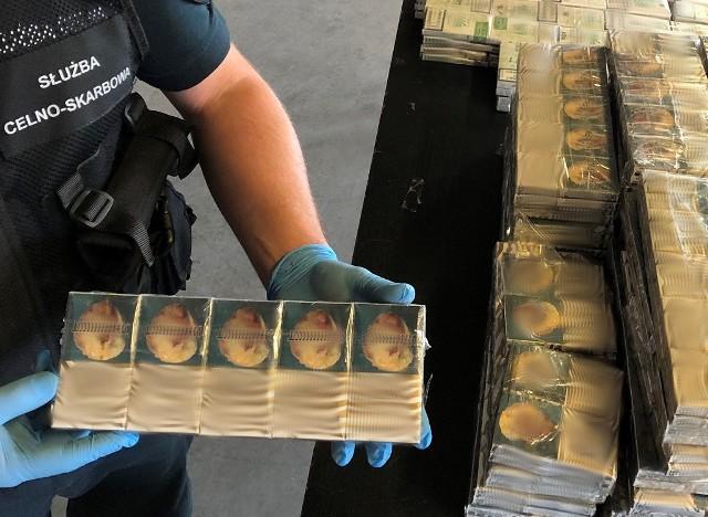 Dzięki skanerowi rtg na granicy w Korczowej udało się wykryć przemyt prawie 800 paczek papierosów, które znajdowały się w ukraińskim autobusie.