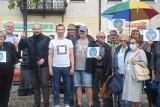 Protest na sieradzkim Rynku obok pomnika króla fryzjerów ZDJĘCIA