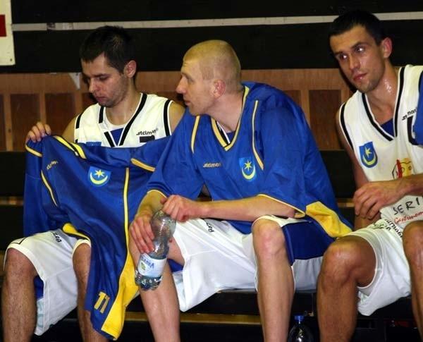 Koszykarze Siarki Tarnobrzeg przegrali wyjazdowy mecz w Dąbrowie Górniczej i swej szansy na awans do ekstraklasy szukać będą w środowym spotkaniu w Tarnobrzegu.