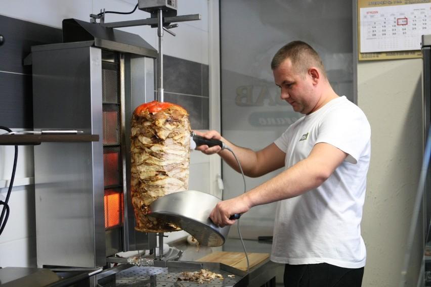 Pomysł na biznes. Nowy kebab w Słupsku z pomocą dotacjiArtur Jodko własny biznes prowadzi od tygodnia. Wcześniej zdobywał doświadczenie, pracując w firmie ojca.