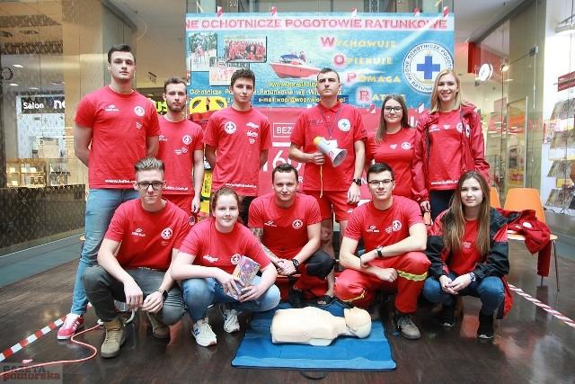 Wielu wolontariuszy WOPR można było spotkać przed i we Wzorcowni we Włocławku.