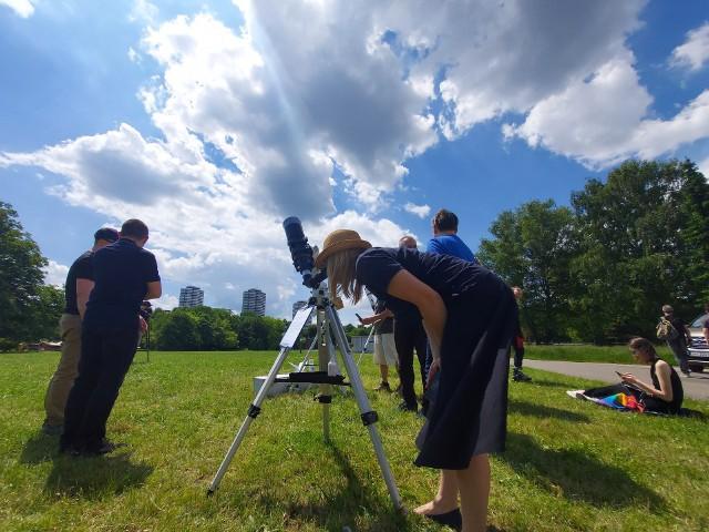 W czwartek 10 czerwca o godzinie 11.54 rozpoczęło się częściowe zaćmienie Słońca. Zjawisko dzięki wypożyczonemu sprzętowi z Planetarium Śląskiego mogli obserwować mieszkańcy Chorzowa w Parku Śląskim. Zobacz naszą galerię i przekonaj się jak wyglądało tegoroczne zaćmienie Słońca.