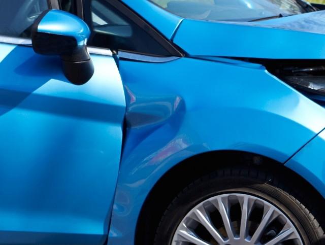 Ostrołęka. Policja szuka sprawców uszkodzenia kilku samochodów