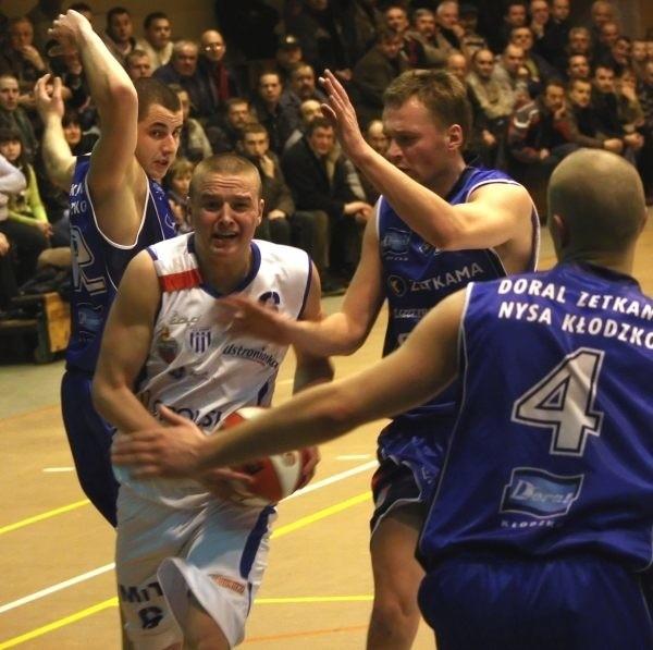 17-letni Tomasz Madziar (z piłką) był najlepszym zawodnikiem Pogoni w sobotnim meczu.