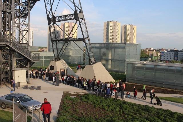 Muzeum Śląskie jest oblegane przez ludzi, którzy chcą skorzystać z atrakcji i darmowego wejścia w trakcie Nocy Muzeów
