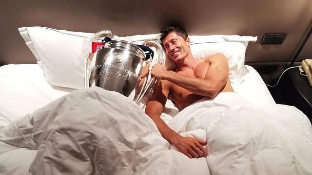 Bayern Monachium pokonał Paris-Saint Germain 1:0 w niedzielnym finale Ligi Mistrzów. Bramkę dla mistrza Niemiec strzelił Kingsley Coman w 59. minucie spotkania. Lewandowski miał świetną okazję, ale trafił w słupek. Co najważniejsze, Polak zdobył upragniony puchar, dodatkowo z tytułem króla strzelców tej edycji Champions League.ZOBACZCIE ZDJĘCIA NA KOLEJNYCH SLAJDACH >>>