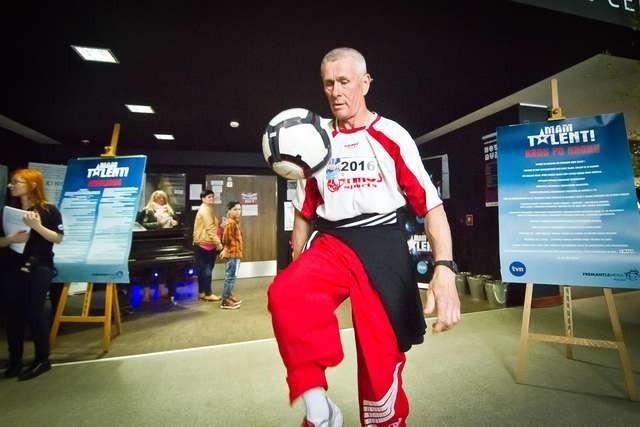 - Nigdy nie jest za późno na rozpoczęcie kariery w telewizji - twierdzi 58-letni Tadeusz Pietrzak, którego hobby jest żonglowanie piłką.