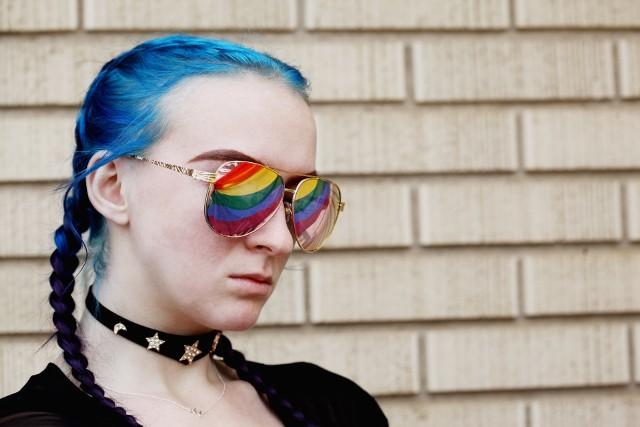 Nastolatkowie buntują się przed regulaminami, które ograniczają ich wolność dotyczącą wyboru ubioru i wyglądu.