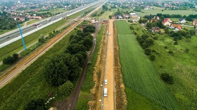 """Droga łącząca tereny inwestycyjne w rejonie """"Kokotów - Brzegi"""" i Węgrzcach Wielkich ma być gotowa za rok. Wartość prac - 9,6 mln zł"""
