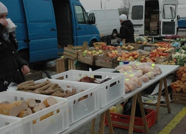 Każdego dnia na głogowskich targowiskach pojawiają się handlarze mięsem i wyrobami wędliniarskimi i przetworami mięsa w słoikach. Jak wynika z informacji, jakie uzyskaliśmy w sanepidzie, ich działalność jest nielegalna.