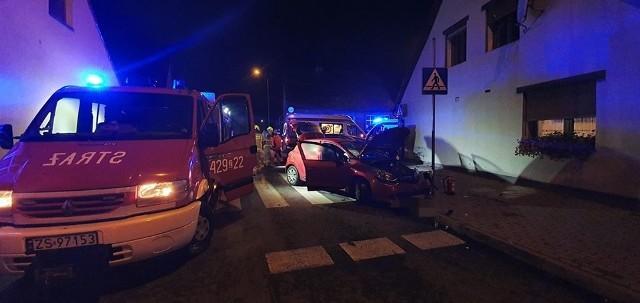W czwartek około godziny 20 jednostka OSP Czaplinek została zadysponowana do wypadku na skrzyżowaniu ulic Wałeckiej i Rzeźnickiej w Czaplinku. Po przybyciu na miejsce stwierdzono, że kierujący Fordem Mondeo wymusił pierwszeństwo wyjeżdżając pod prąd z ulicy Rzeźnickiej i uderzył w samochód Renault Clio. Po opatrzeniu poszkodowanych zdarzenie zakwalifikowane zostało jako kolizja.Zobacz także: Świdwin: Wypadek na skrzyżowaniu między miejscowościami Ciechnowo i Jastrzębniki. Autobus zderzył się z osobówką