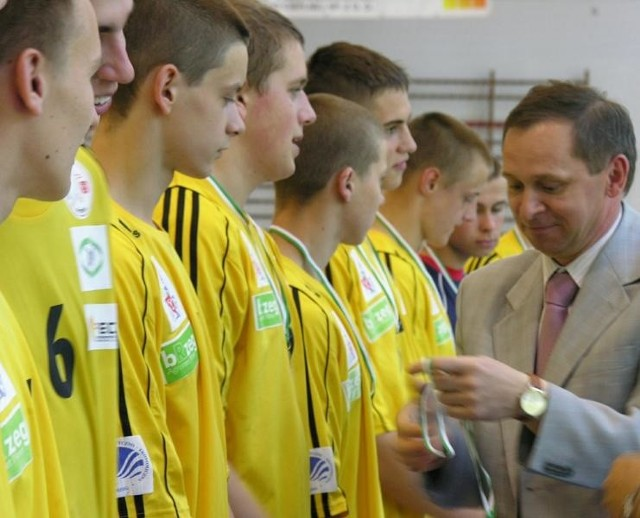 Piłkarze Orlika Brzeg odbierali dziś medale za awans do finałów Pucharu Polski.