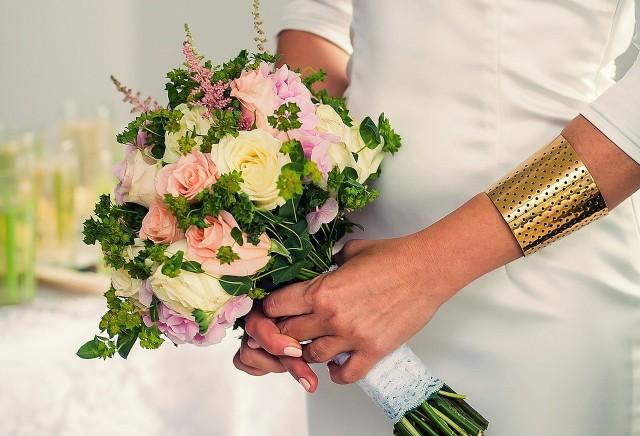 W serwisie cołaska.pl internauci zamieszczają informacje o stawkach ślubu kościelnego w parafiach w całym kraju. Zobaczcie, w których parafiach odnotowano najwyższą ofiarę za udzielenie sakramentu małżeństwa. Zazwyczaj stawka ta zawiera obsługę kościelnego, organisty. Dane na serwisie cołaska.pl pochodzą od internautów nie są to oficjalne informacje z parafii. Szczegóły na kolejnych zdjęciach >>>>