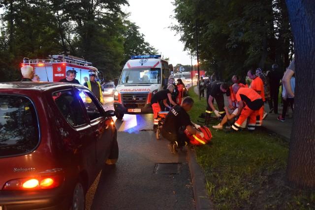Rowerzysta, prawdopodobnie próbując ominąć tłum kibiców na chodniku i ścieżce, wjechał na ulicę i spowodował wypadek