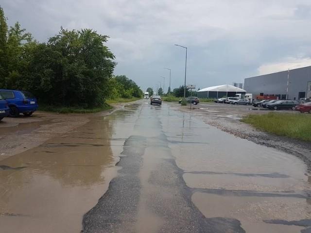 Tak w czerwcu po ulewnym deszczu wyglądała ulica Marii Fołtyn – ważna droga do wielu zakładów przemysłowych na Gołębiowie.