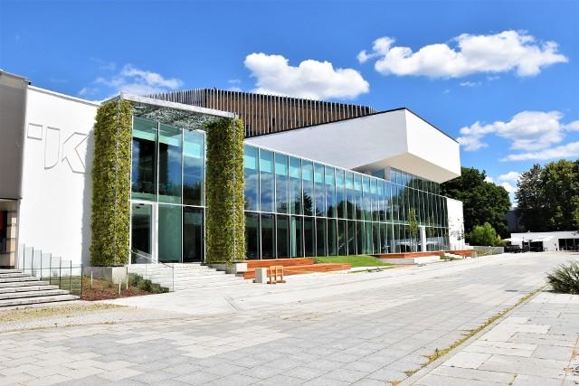 Teatr im. Jana Kochanowskiego w Opolu z nową fasadą. Plac Jana Pawła II ma inne oblicze