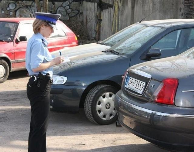 Podczas remontu boiska szkolnego przy ulicy Targowej farbą zostaly pomalowane stojące nieopodal samochody.
