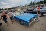 Poznańskie Klasyki Nocą - miłośnicy starych aut spotkali się przed stadionem przy Bułgarskiej [ZDJĘCIA]