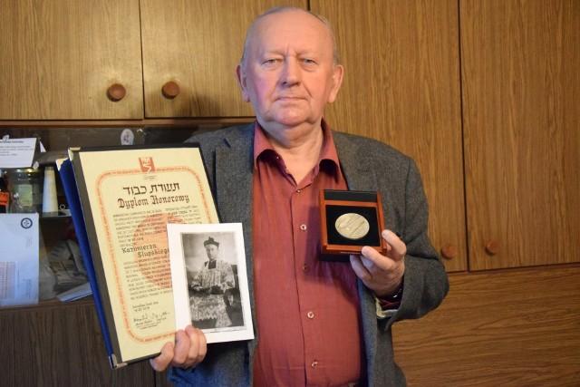 Ks. Kazimierz Słupski (1909-1985) został uhonorowany tytułem Sprawiedliwy wśród Narodów Świata. Jego siostrzeniec Jan Konarski pokazuje medal, dyplom i zdjęcie księdza Słupskiego.