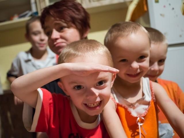 Dzieci pani Ewy najbardziej lubią makaron z cukrem, ale wędliny, które przywiózł im masarz ze Słupska, poprawiła im humory.